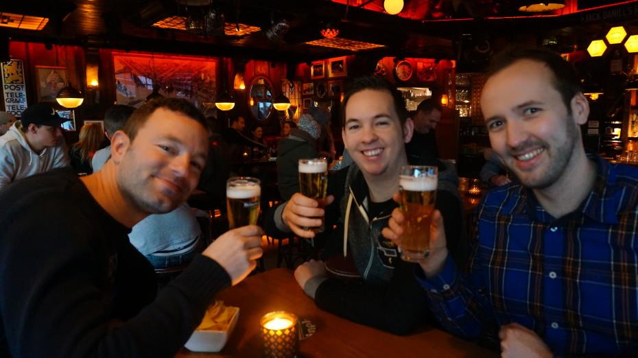 Reporter Marin, Jesper en Bert proosten op de geslaagde dag