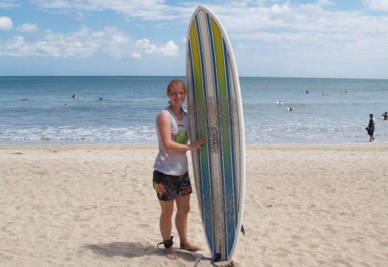 Top 5 surfplekken wereldwijd - Reporter Marloes met haar surfboard op het strand bij Kuta!