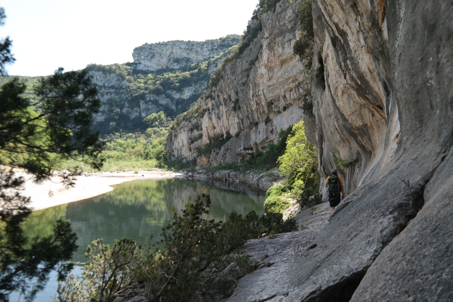 Wandelen langs de steile rotswanden van de Ardèche.