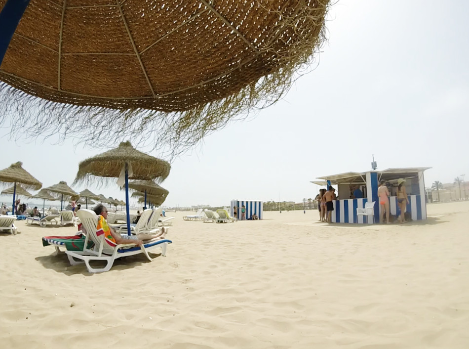 Op het strand van Valencia op de warmste dag in 140 jaar