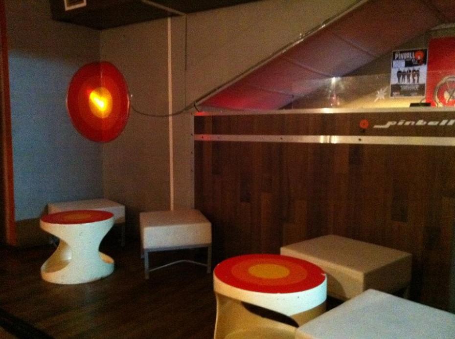Jaren 70 interieur in club Pinball