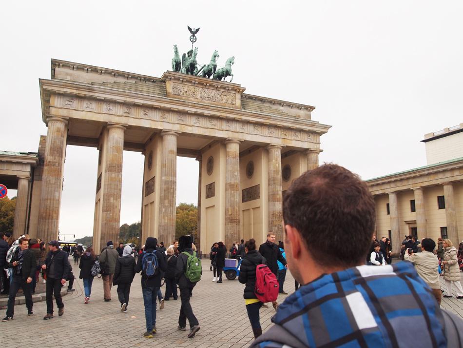 Reporter Martin voor de Brandenburger Tor
