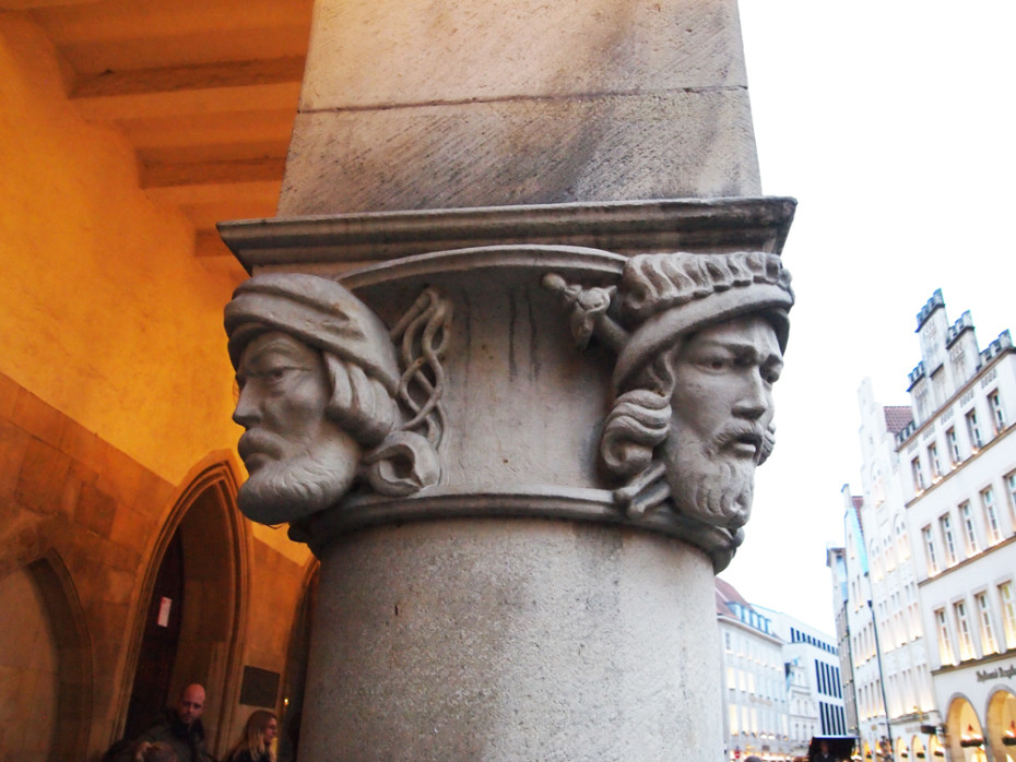 Zuilen met oudheden bij Friedenssaal in Münster