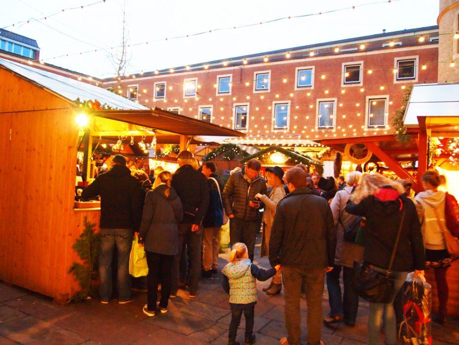 Hele gezellige sfeer in de avond op de kerstmarkten