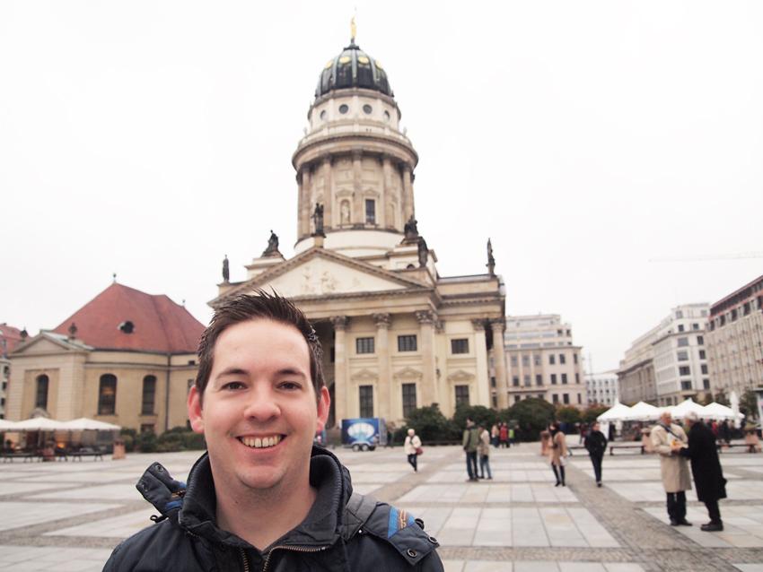 Reporter Jesper op plein bij Konzerthaus!