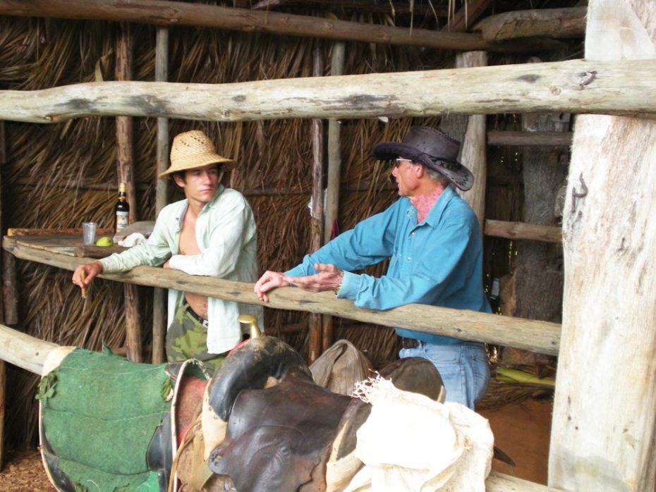 Even een tussenstop. Cubaanse boer snijdt de kokosnoten open!