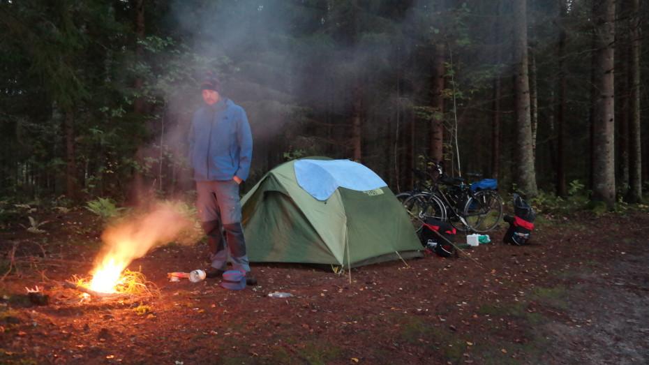 Het kampvuur in de avond