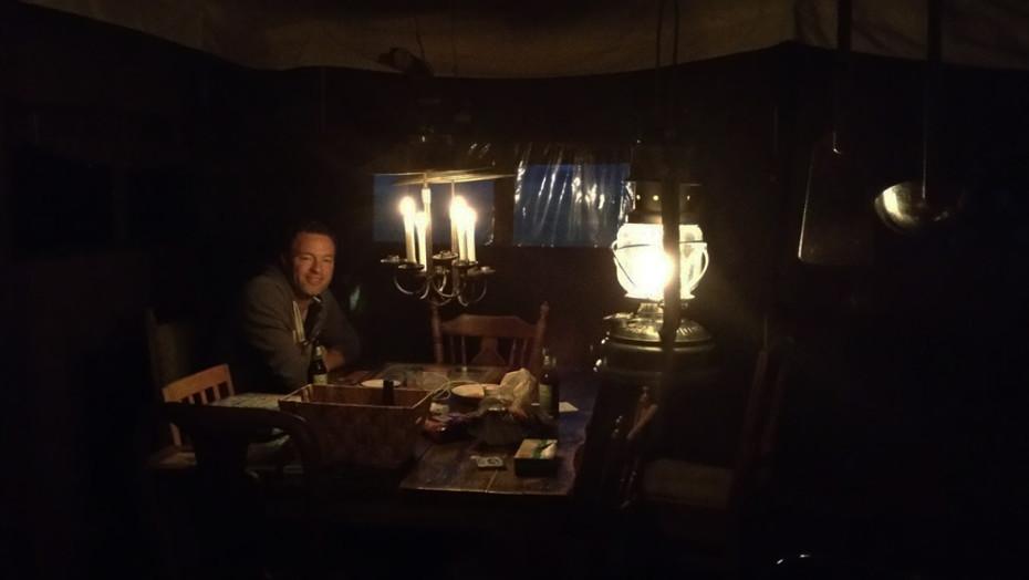 Kaarsen aan om de tent te verlichten!