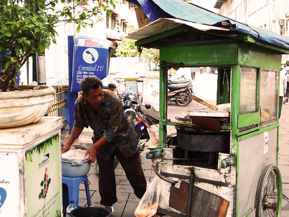 Indonesische man installeert zijn eettentje!