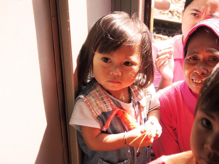Indonesisch meisje blij met Albert Heijn beesie!