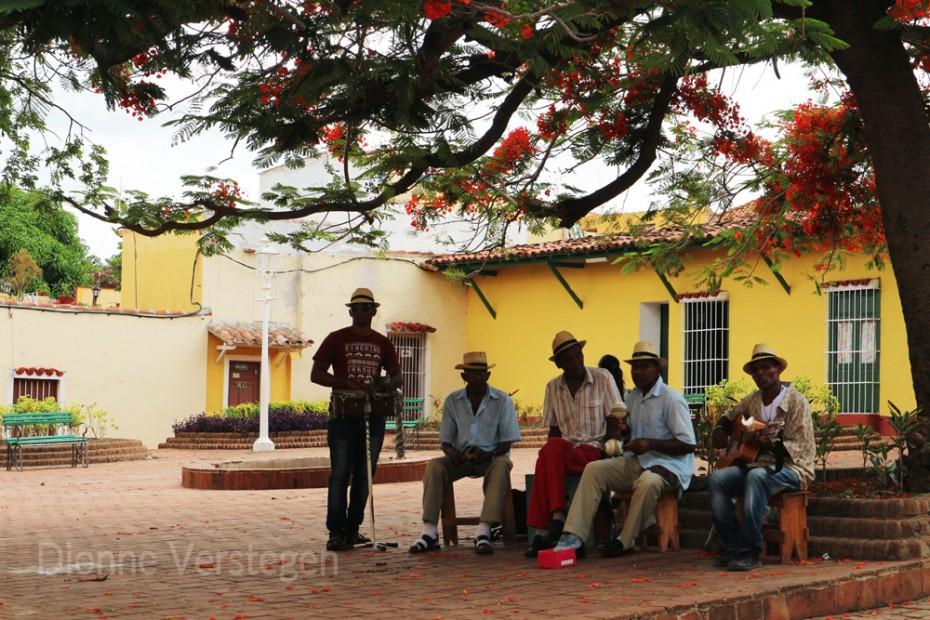 een salsaband maakt muziek op een plein in Trinidad