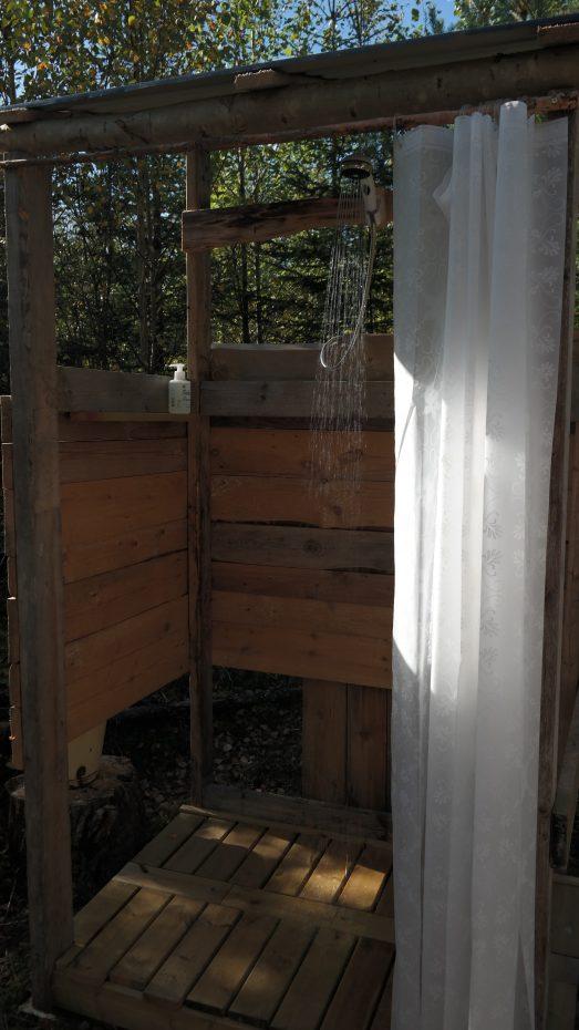 Met warm water douchen in de natuur
