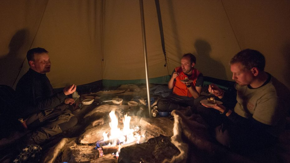 Genieten van de Sami maaltijd in de tipitent