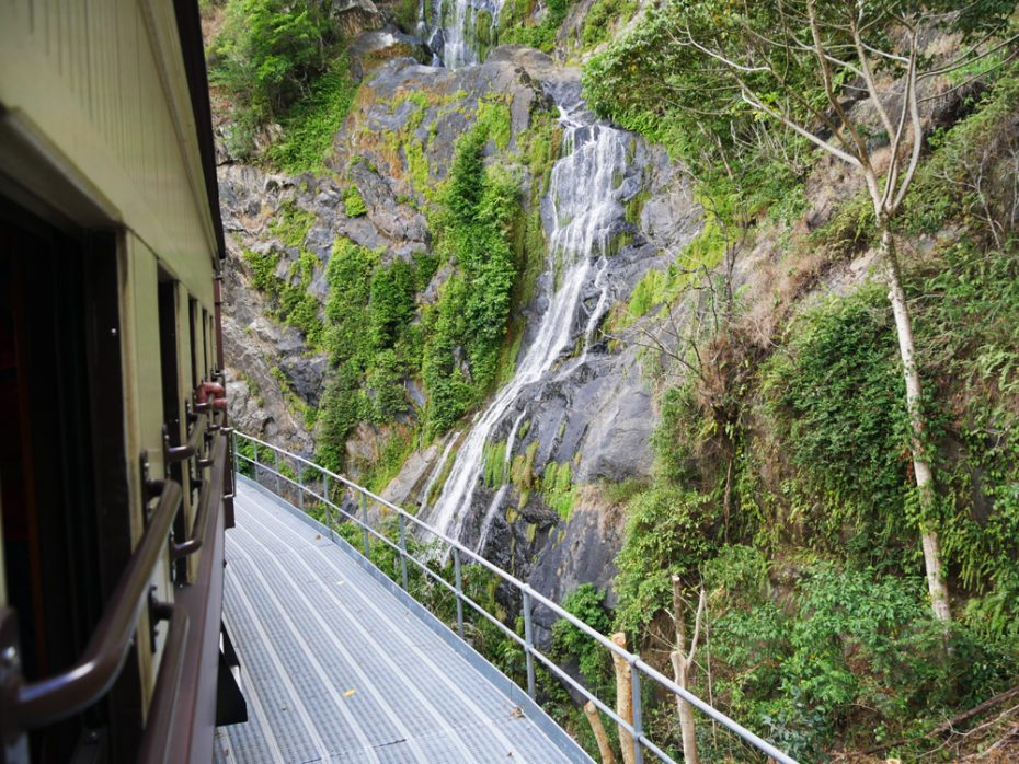 trein-langs-de-waterval