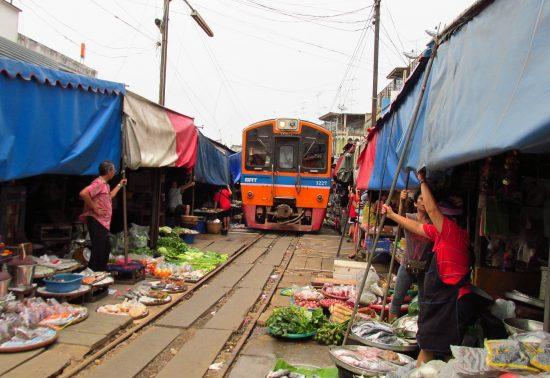 Trein rijdt door markt in Bangkok!