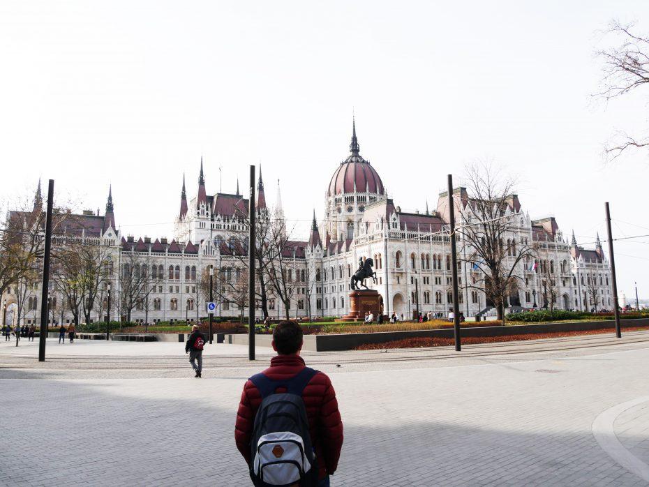 Reporter Martin onder de indruk van het Parlementsgebouw van Boedapest