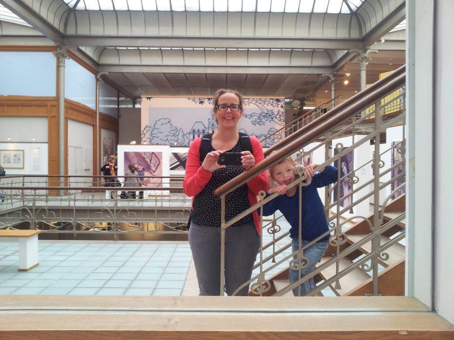 Eva met haar kleine meid in het Belgisch Stripcentrum Brussel