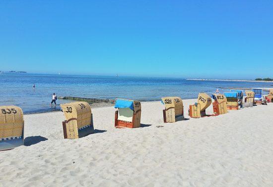 Het strand staat bekend om haar kleurige rieten stoelen!