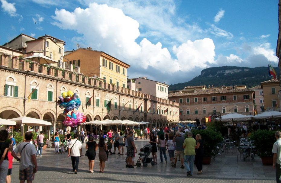 Bezoek Ascoli Piceno Volgens veel Italië-kenners is Ascoli Piceno één van de mooiste steden van Le Marche. Het stadje heeft een bijzonder mooi plein, met een oude bar en nog originele inrichting. Één van de dingen die Ascoli Piceno bijzonder maakt is het geweldige zicht op de bergen vanuit de vele idyllische straatjes.