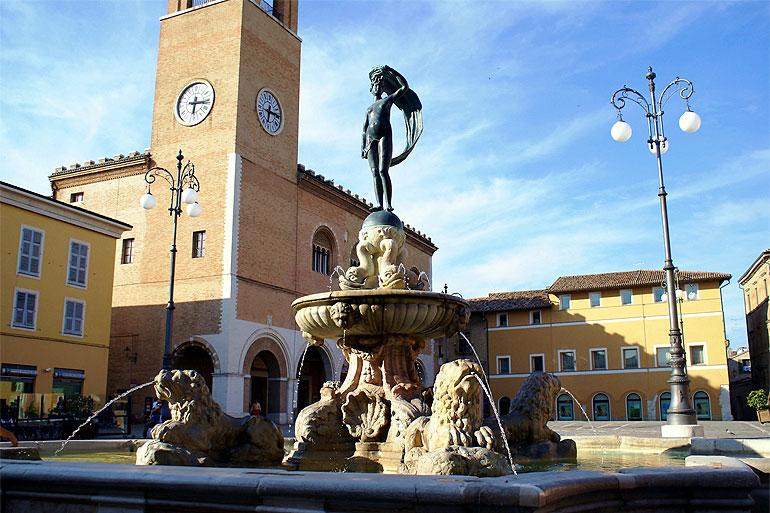 Bezoek Pesaro Persaro is de grooste stad van de provincie Le Marche en is een sfeervolle stad wat is gelegen aan zee. Je kunt er voor kiezen om de mooie witte zandstranden te gaan bewonderen, een gezellige wandeling te maken over de boulevard of Romeinse opgravingen te gaan bezichtigen. Genoeg moois te ontdekken in Pesaro.