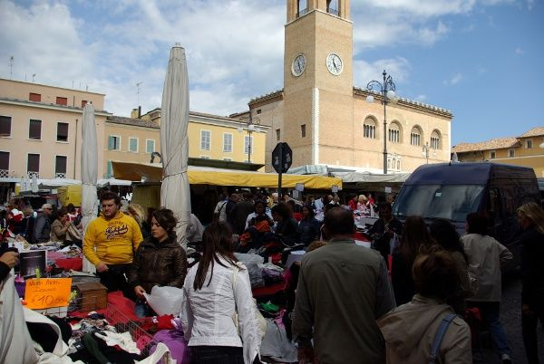 Bezoek Ascoli Piceno Volgens veel Italië-kenners is Ascoli Piceno één van de mooiste steden van Le Marche. Het stadje heeft een bijzonder mooi plein, met een oude bar en nog originele inrichting. Één van de dingen die Ascoli Piceno bijzonder maakt is het geweldige zicht op de bergen vanuit de vele idyllische straatjes