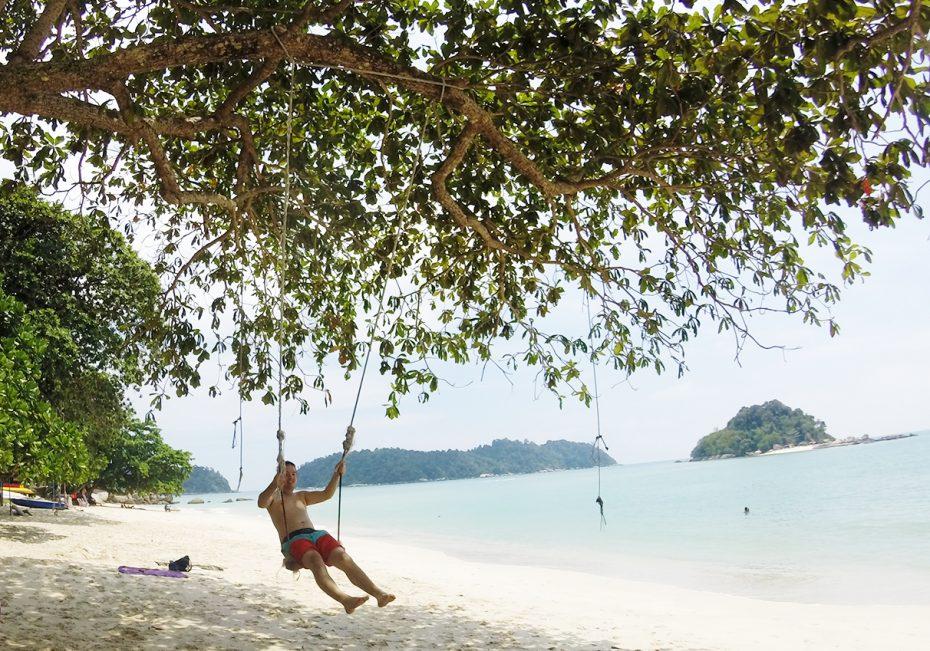 Heerlijk schommelen op het rustige strand van Pangkor