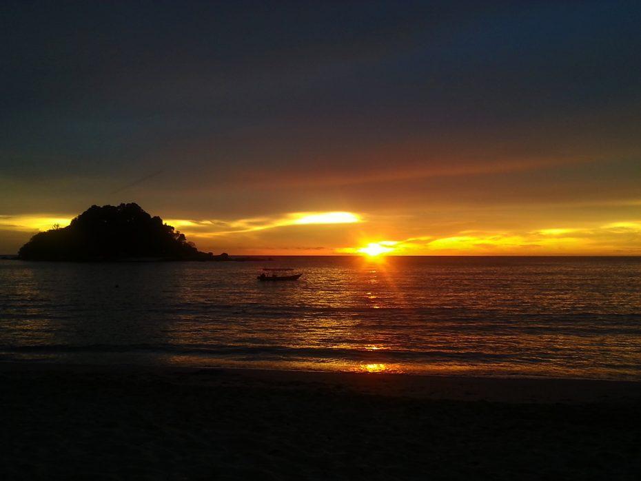 Prachtige zonsondergang op het strand van Pangkor!