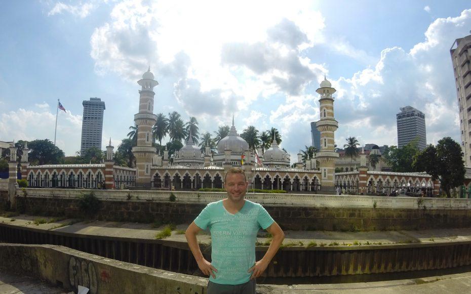 Reporter Martin voor een grote mooie moskee in Kuala Lumpur!