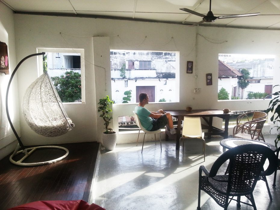 Ons verblijf in Malaka - Reporter Martin in de binnenplaats!