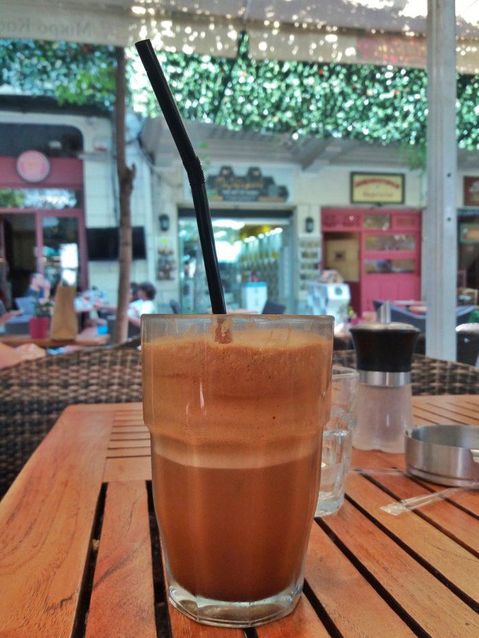 Frappé is een schuimend Grieks koffiedrankje gemaakt van oploskoffie dat koud gedronken wordt