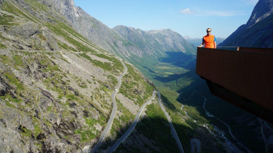 Reporters Bert en Marloes tijdens hun tocht bij Trollstigen in Noorwegen