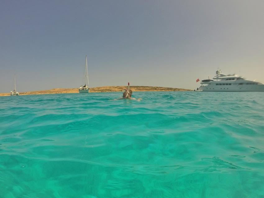 Azuurblauw water tijdens onze zeiltocht langs de Cycladen eilanden