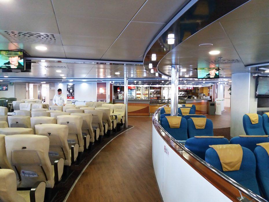 De ferry van Athene naar Amorgos