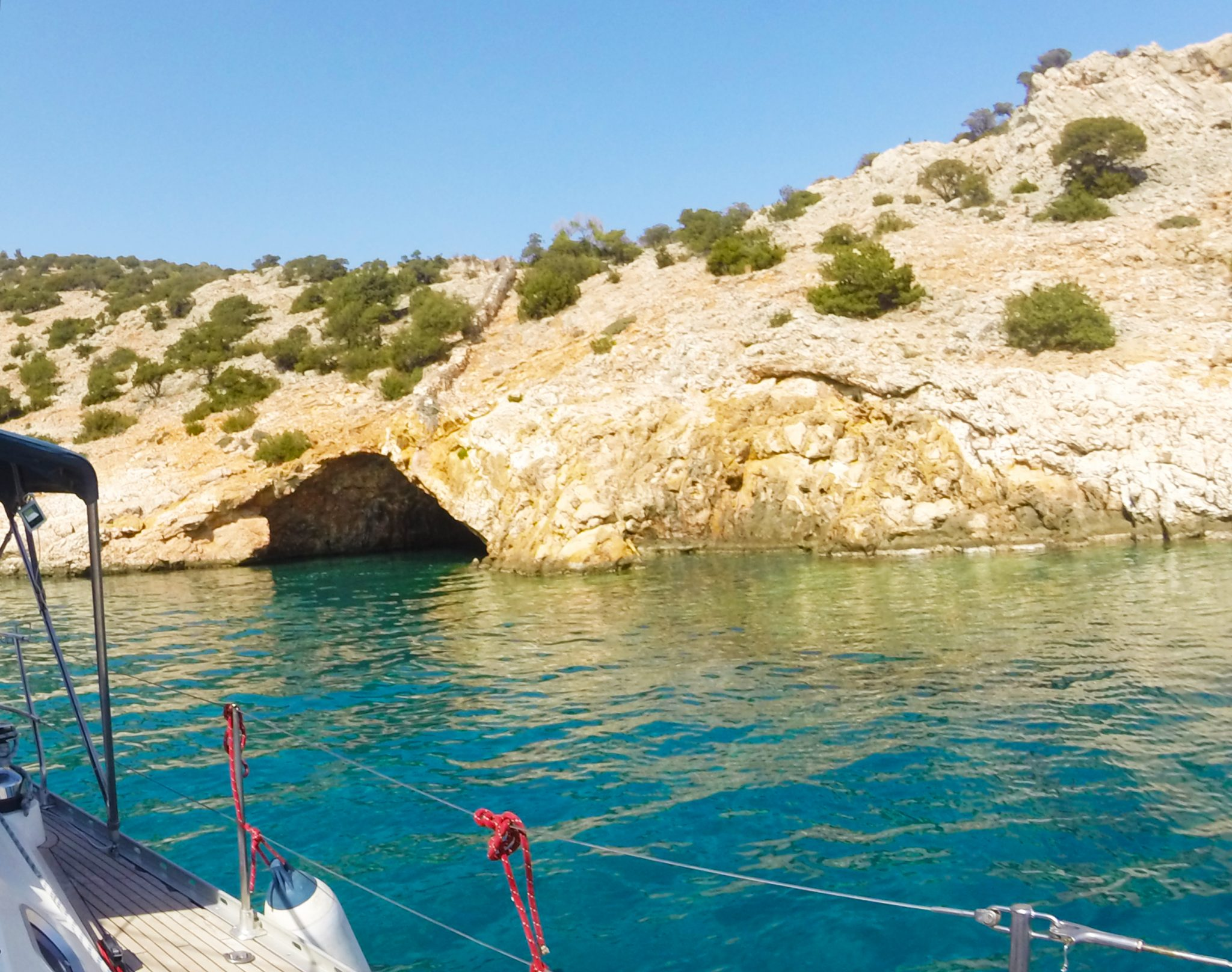 Indrukwekkende grot tijdens onze zeiltocht langs de Cycladen eilanden