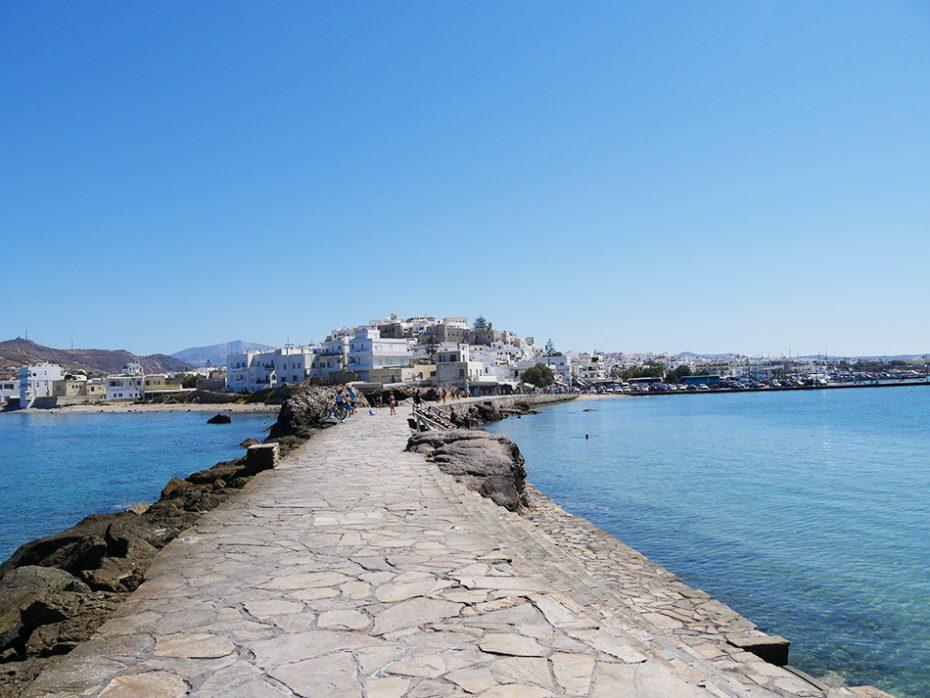 Pier richting de 2500 jaar oude tempelpoort