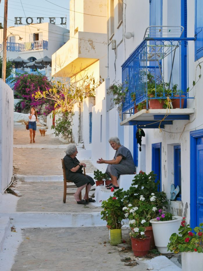 Straatje naar ons hotel in Katapola - Griekse dames