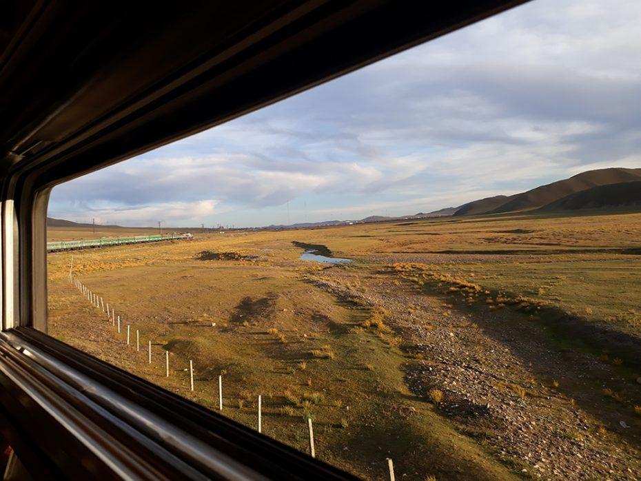 Prachtig uitzicht vanuit de trein in Mongolië