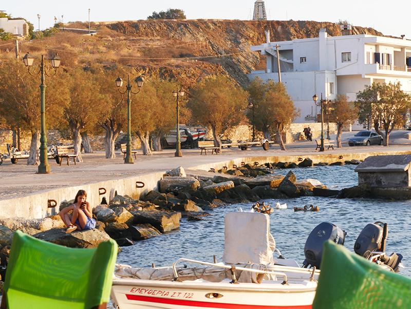 Relaxte sfeer bij de haven van Tinos