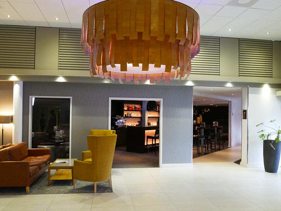 Hotel Mövenpick: de entree en bar