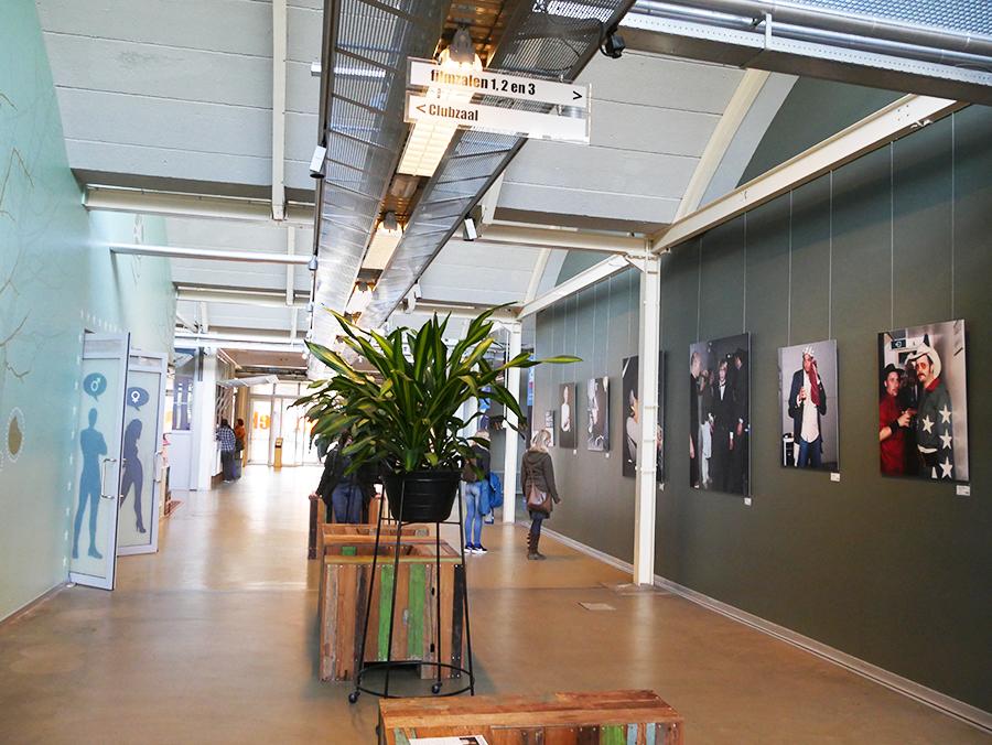 Verkadefabriek - Foto's van muzikanten aan de muur