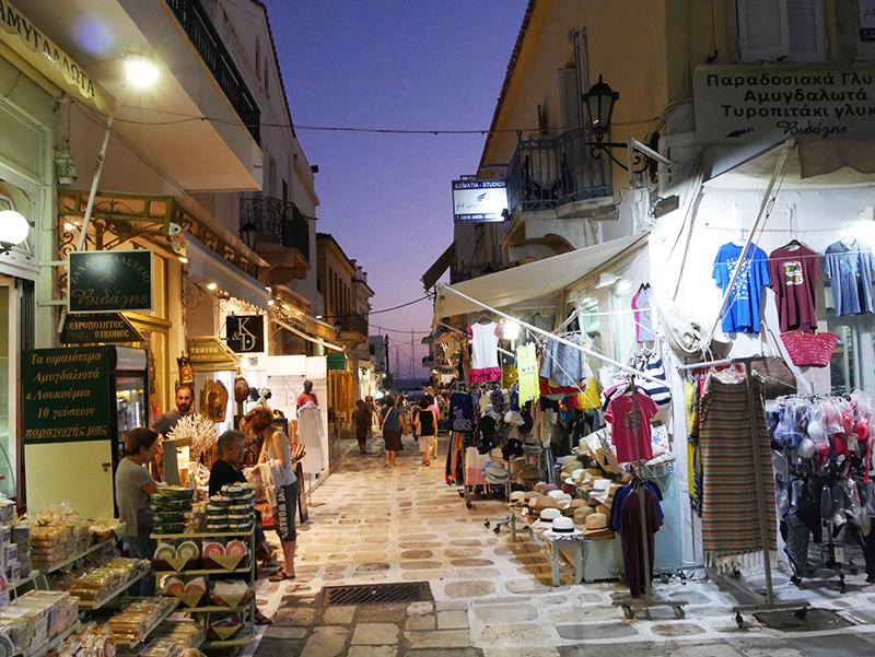 Gezellige winkelstraten in Tinos stad