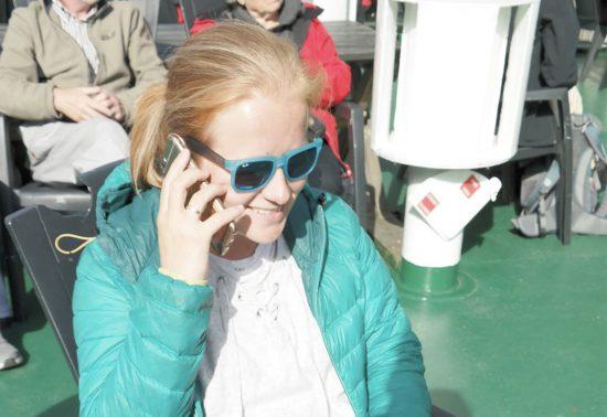Marloes met haar telefoon op reis
