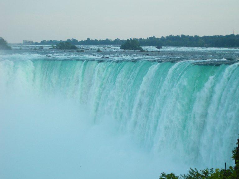 De Niagara Falls in Canada zijn immens groot