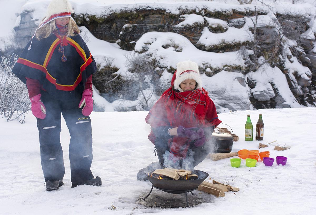 2 Sami vrouwen bereiden het eten