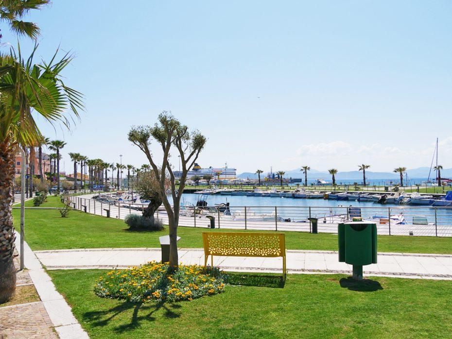 De boulevard bij Golfo Aranci met bootjes en veel bankjes