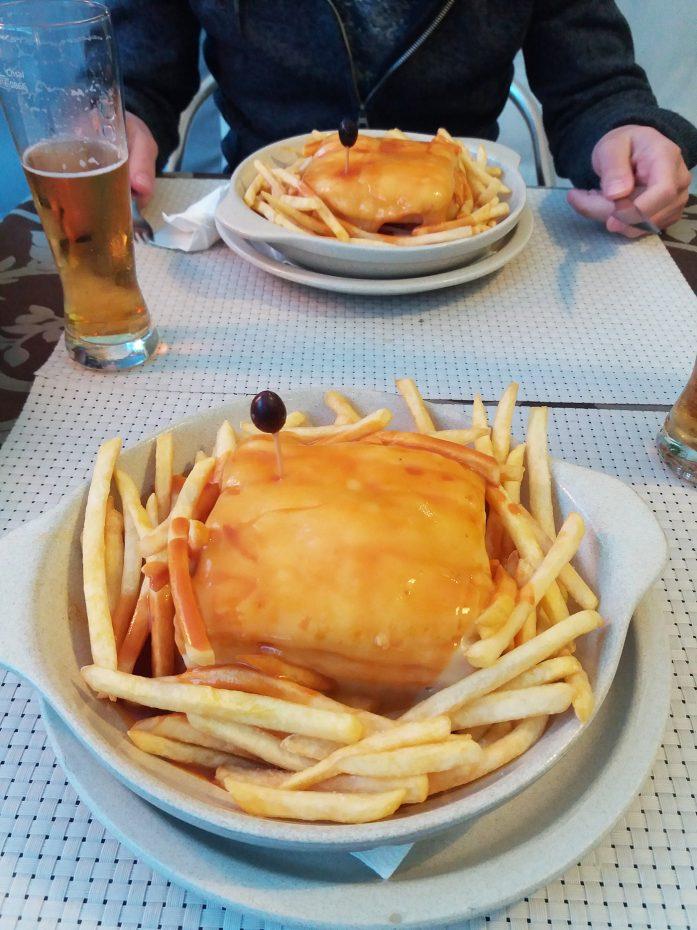 Francesinha, een sandwich uit Porto, boordevol vlees.