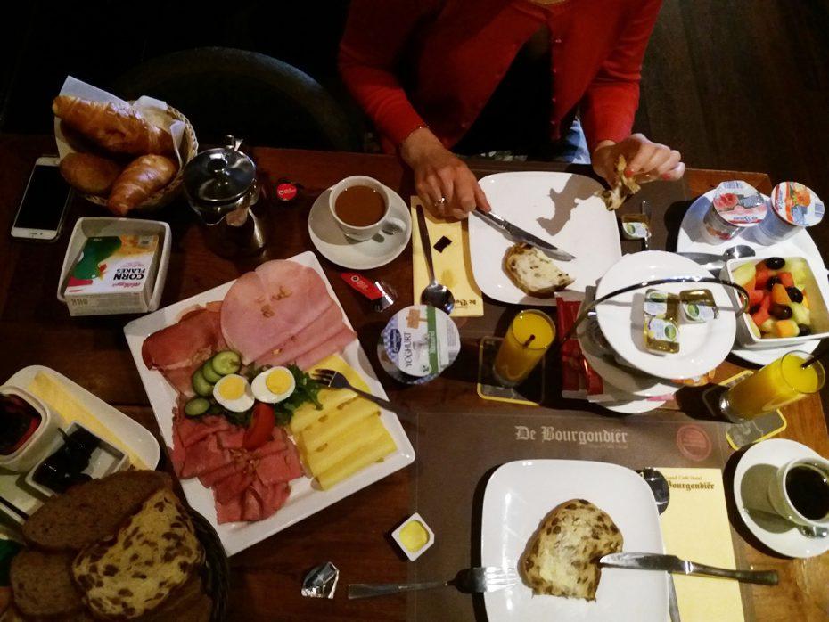 Een zeer uitgebreid ontbijt bij Hotel de Bourgondiër