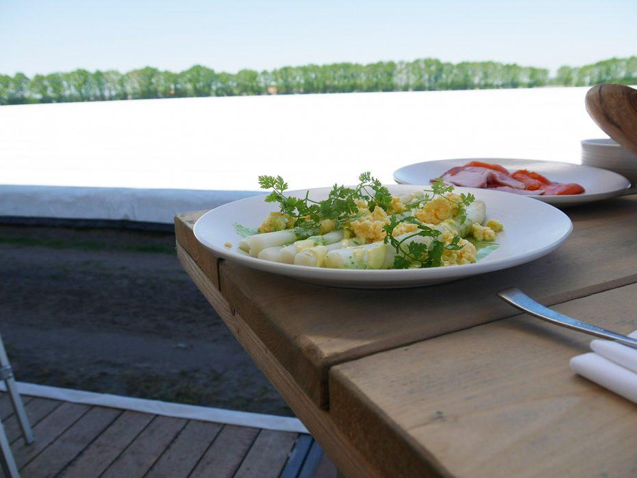 Eten tussen de aspergevelden
