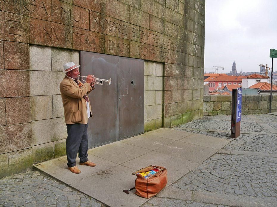 Straatmuzikant zorgt voor een gezellige sfeer in Porto