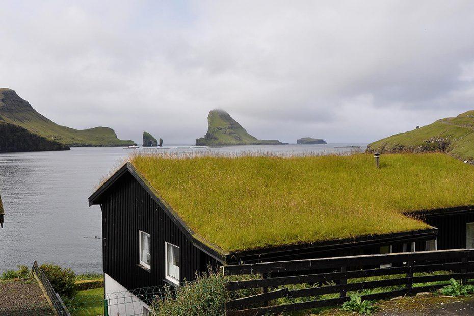 De Faeröer - Een achtertuin met uitzicht op Bøur op het eiland Vágar